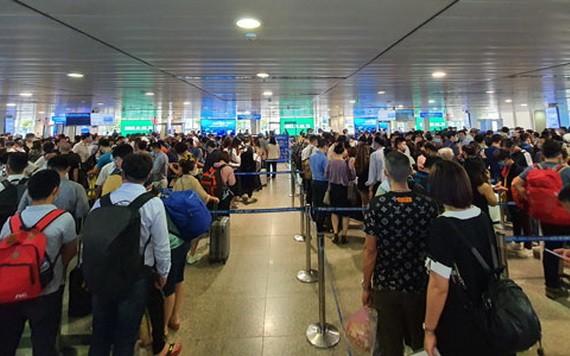 最近幾天,眾多乘客在新山一機場的安檢區排隊等候。(圖源:芳英)