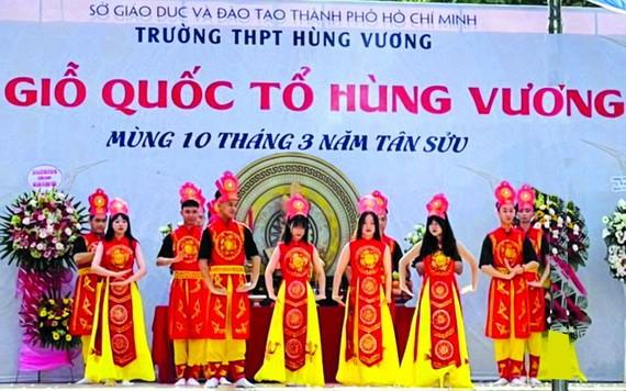 雄王高中學校學生表演節目。