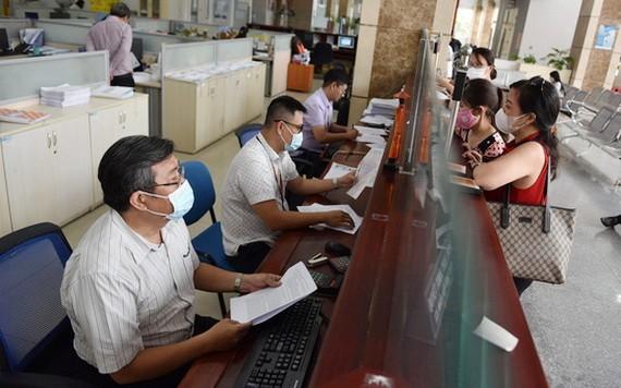 民眾在稅務局辦理稅務手續。