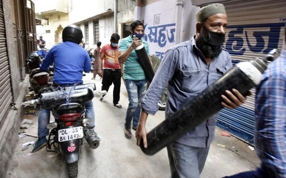 印度新德里新冠疫情失控,氧氣瓶等醫療資源極度短缺。(圖源:互聯網)