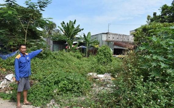 黃文昇指著一棟因受規劃影響已經殘舊但不可修葺的住房。