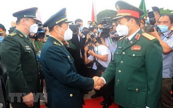 國防部部長潘文江上將(前右)與中國國防部部長魏鳳和上將互相握手致意。(圖源:越通社)
