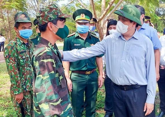衛生部長阮清隆(前右)親往河仙邊境區視察新冠肺炎疫情防控工作。
