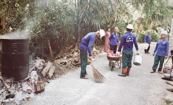陳明忠與成員們正在修補一段損壞的道路。