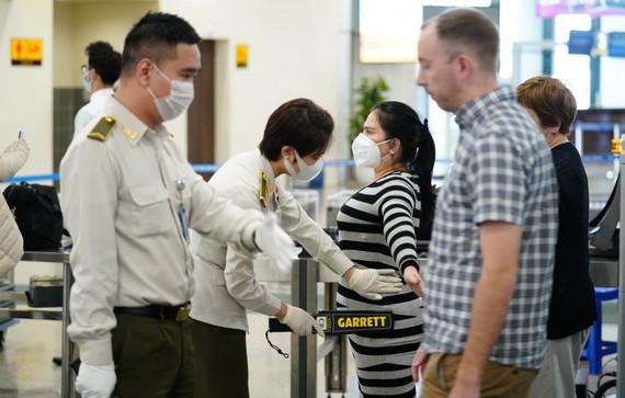 乘客在内牌机场安检区接受安全检查。(图源:VPG)