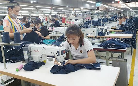 Fly High Garment公司員工正在生產成衣一隅。