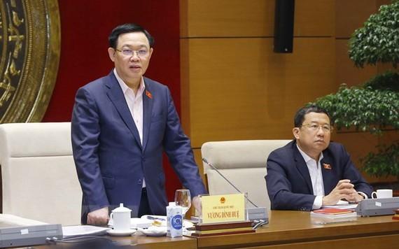 國會主席王廷惠(左)在會上發表講話。(圖源:越通社)