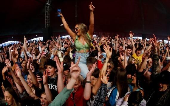 英國利物浦市當地時間2日舉辦一場帶有試驗性質的戶外音樂節活動,大約5000人參加。(圖源:路透社)