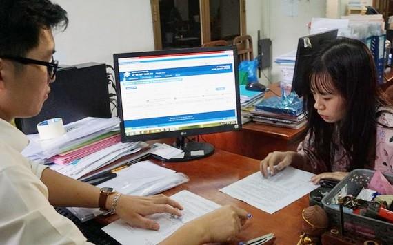 考生在教務處仔細核對紙上填報的志願和電腦上的資訊。(示意圖源:阮娟)