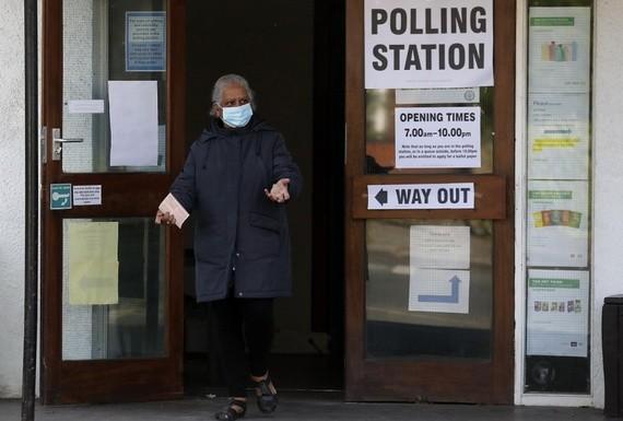 選民在倫敦一個票站投票。(圖源:AP)