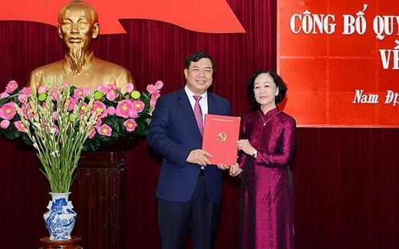 范嘉足同志(左)從中央組織部長張氏梅手中接過人事委任《決定》。(圖源:春秋)
