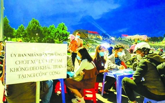 大勒市處罰不戴口罩遊客。