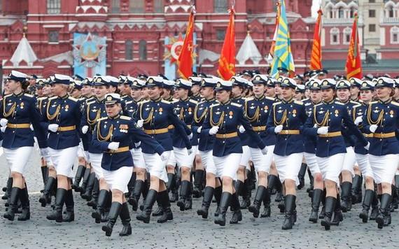 女兵方隊接受檢閱。(圖源:互聯網)