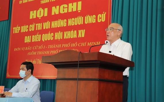 國會代表候選人潘阮如奎在講台上聽取並採納選民的意見,以便補充其行動計劃。(圖源:蔡芳)