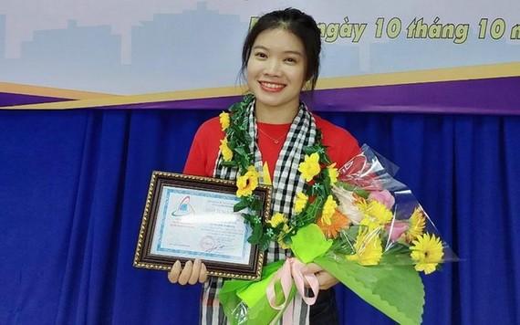 阮玉映於去年榮獲平陽省苡安坊越南青年聯合會授予第七次「活得精彩-活得有意義」稱號。