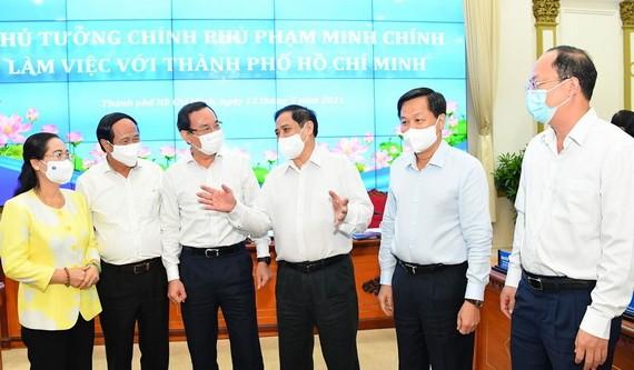 政府總理范明政(右三)與本市領導交換意見。(圖源:越勇)