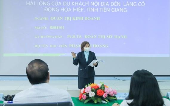 范金凰大娘在論文答辯會上闡述論文中的主要內容。(圖源:懷峰)