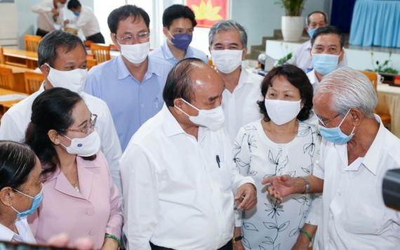 國家主席阮春福(前中)與選民接觸。(圖源:草黎)