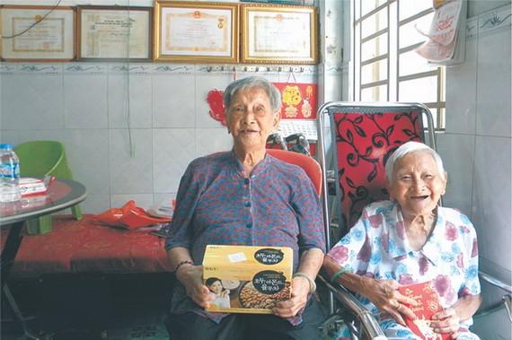 兩位老人家互贈見面禮,黃鳳華(左),鄧葵寬(右)。