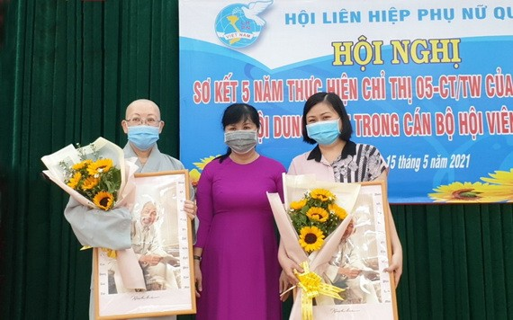 郡婦聯會主席陳氏雪幸向溫陵會館及觀音精舍代表贈送鮮花及胡伯伯肖像。