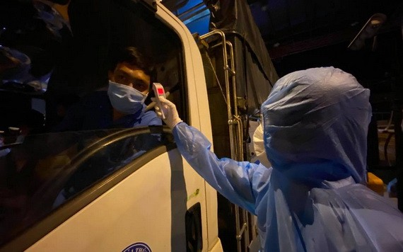 醫護人員給司機量體溫。(圖源:自忠)