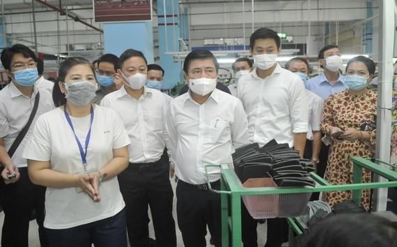 市人委會主席阮成鋒(中)檢查企業防疫工作。(圖源:高昇)