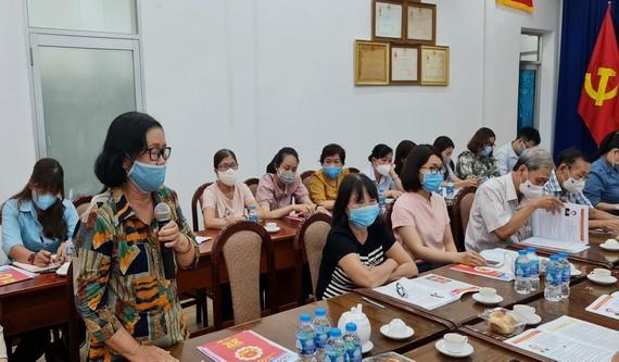 華人婦女在會議上提意見。