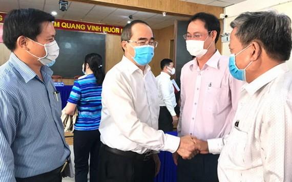 候選人阮善仁(左二)與平新郡安樂坊選民接觸。