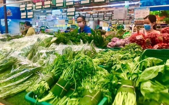 消费者在超市选购蔬果。(图源:垂杨)