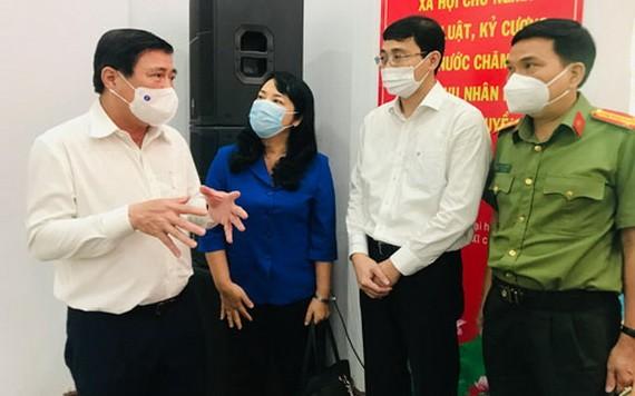 候選人阮成鋒(左)、陳金燕(左二)、阮仕光(右)與第一郡選民接觸。