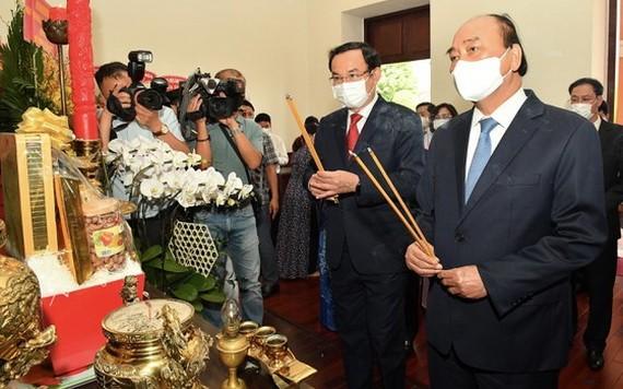 國家主席阮春福與市委書記阮文年上香緬懷胡主席。(圖源:梅花)