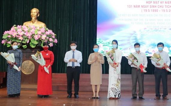第五郡郡委書記阮孟強(左三)祝賀榮獲市級表彰的單位和個人。