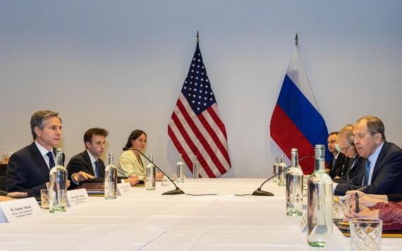 美國務卿布林肯(左)和俄外長拉夫羅夫在冰島雷克雅未克舉行會晤。(圖源:新華社)