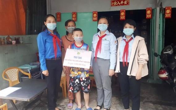 歐姬小學學生劉偉坤(右三)獲助學金。