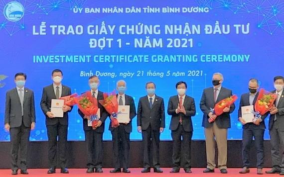 平陽省領導向五家外企頒發投資許可證。(工商報)