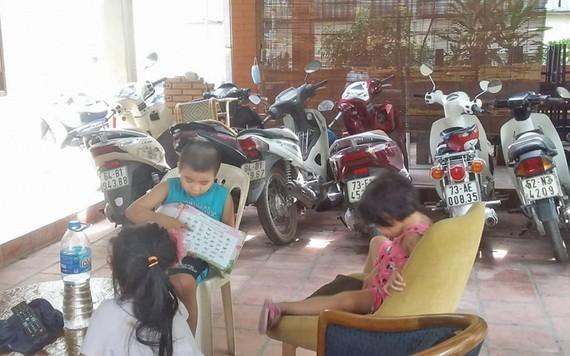 光明下午與獨自在家的朋友們在租房區域內一起玩耍。