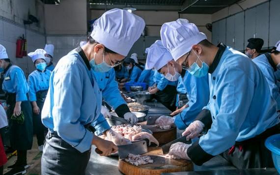 越瑤中專學校學員們在練習烹飪技巧。