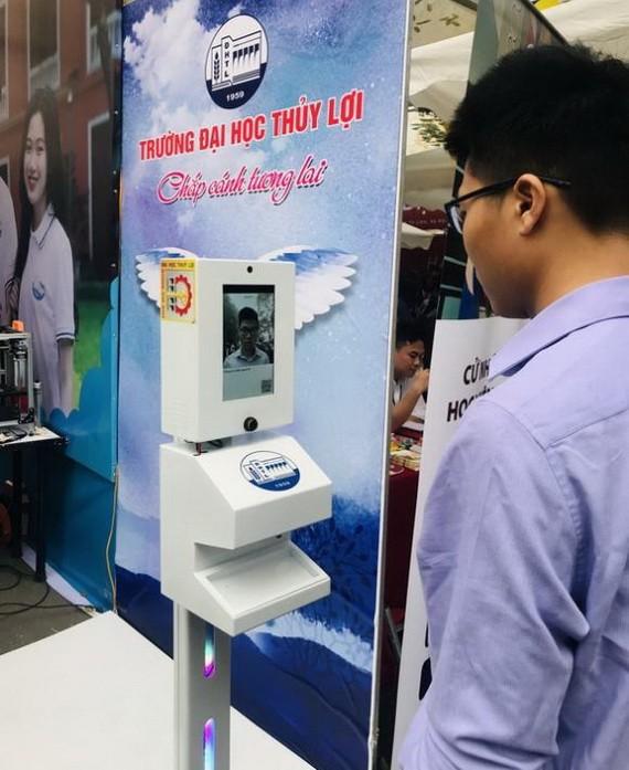 三合一健康申報機在水利大學試行運作。
