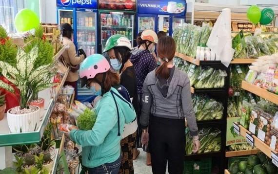 消費者在便利店選購物品。(圖源:VNF)