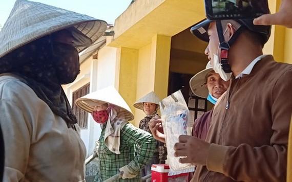 拾金不昧的莫氏平(左)將財物交還失主(右)。(圖源:TTO)