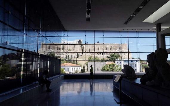 當地時間2021年5月14日,希臘雅典,雅典衛城博物館重新向公眾開放。圖為遊客在博物館中漫步。(圖源:互聯網)