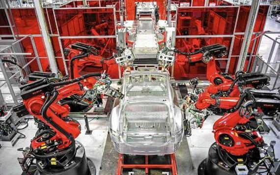 特斯拉汽車生產線工業機器人正在組裝汽車。(圖源:互聯網)