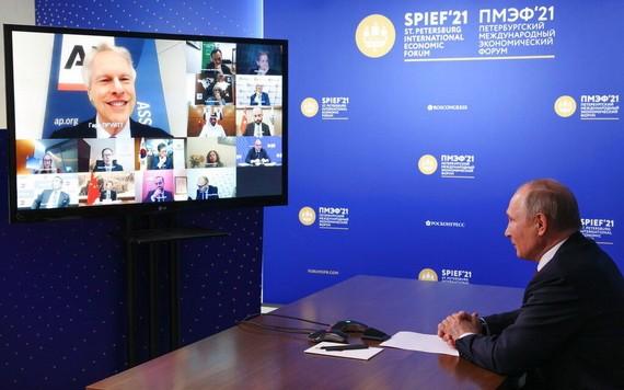 2021年6月4日,俄羅斯總統普京(右)在聖彼得堡國際經濟論壇上通過視頻連線會見世界主要通訊社負責人。 (圖源:AP)