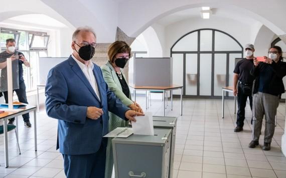 當地時間6月6日,德國薩安州舉行議會選舉,現任州長哈澤洛夫與妻子在馬格德堡的投票站投票。 (圖源:視覺中國)