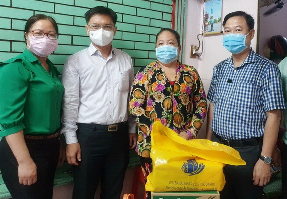 第五郡郡委書記阮孟強、郡越南祖國陣線委會主席黎晉才探望貧困戶。