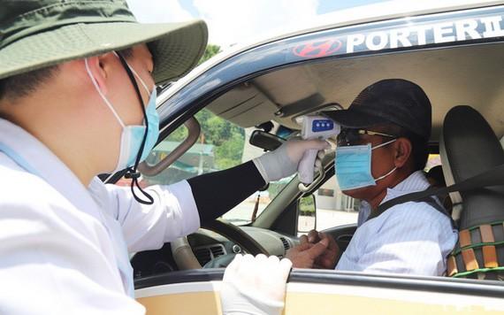 開進林同省的司機接受體溫測量。(圖源:M.V)