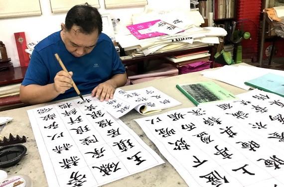 林漢城埋頭臨寫《多寶塔碑》。