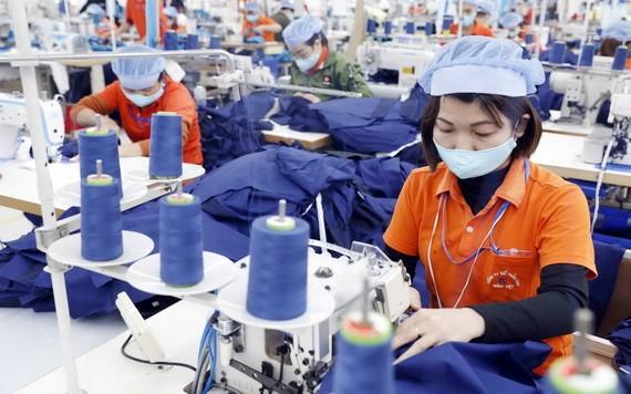 各企業在生產車間加強防疫工作。(圖源:陳越)
