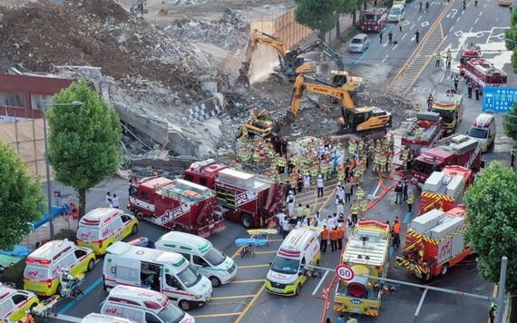 救援人員在光州建築倒塌現場工作。(圖源:新華社)