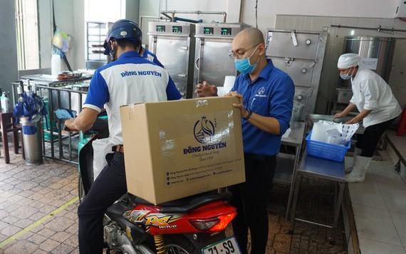 東源雞飯店為醫護人員接力